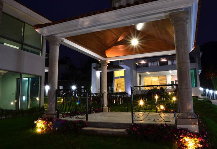 Casa Colomos: Terrazas de estilo  por Excelencia en Diseño