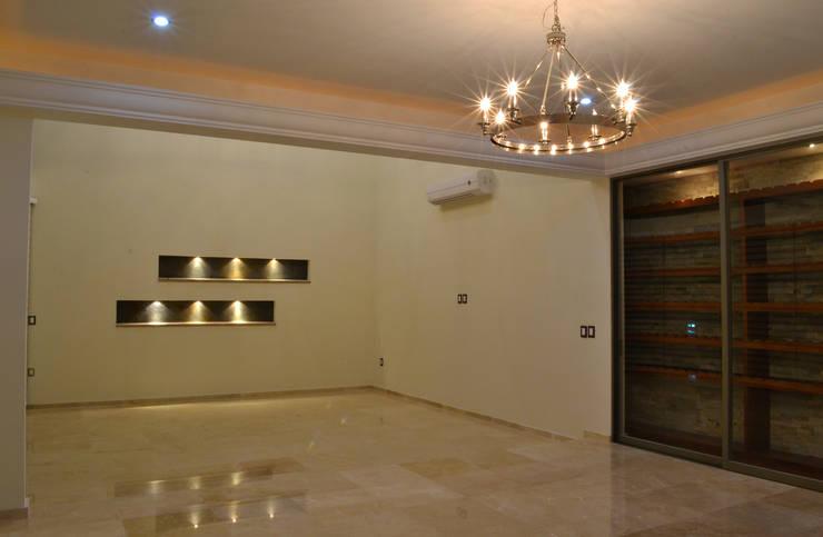 Casa Colomos: Salas de estilo  por Excelencia en Diseño