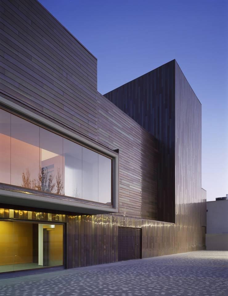 PATIO NORTE: Salas multimedia de estilo  de gabriel verd arquitectos
