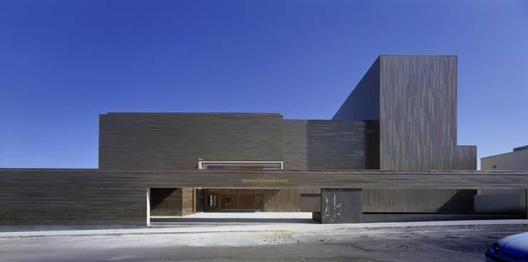 FACHADA NORTE: Salas multimedia de estilo  de gabriel verd arquitectos