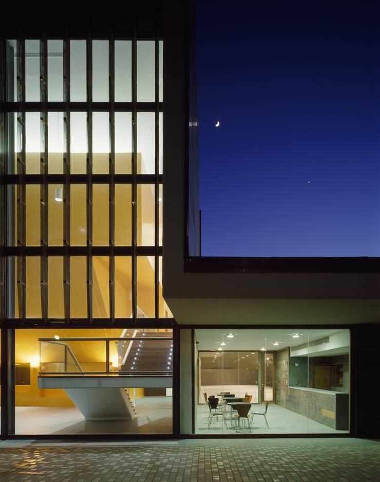 Vestíbulo de acceso y cafetería: Salas multimedia de estilo  de gabriel verd arquitectos