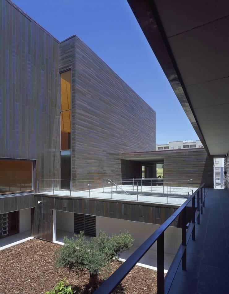 Patio de los actores, fachada sur: Salas multimedia de estilo  de gabriel verd arquitectos