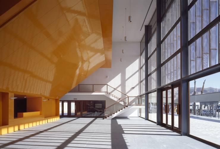 VESTÍBULO DE ACCESO: Salas multimedia de estilo  de gabriel verd arquitectos