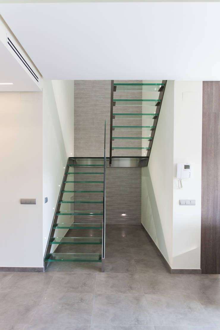 Vivienda unifalimiar adosada.: Vestíbulos, pasillos y escaleras de estilo  de AUREA ARQUITECTOS