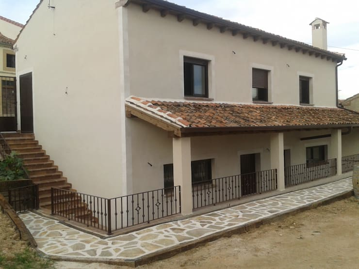 Garaje-bodega en Carbonero de Ahusín: Garajes de estilo  de Ear arquitectura