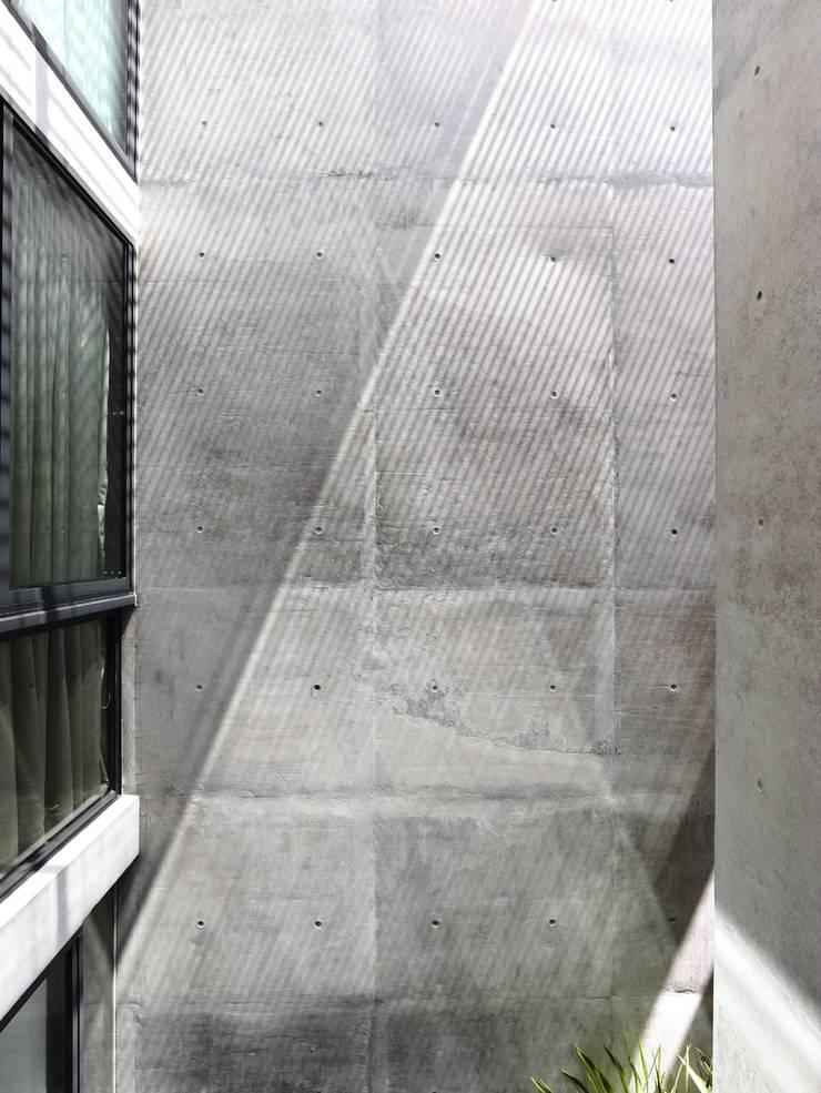 Dinding & Lantai Modern Oleh HYLA Architects Modern