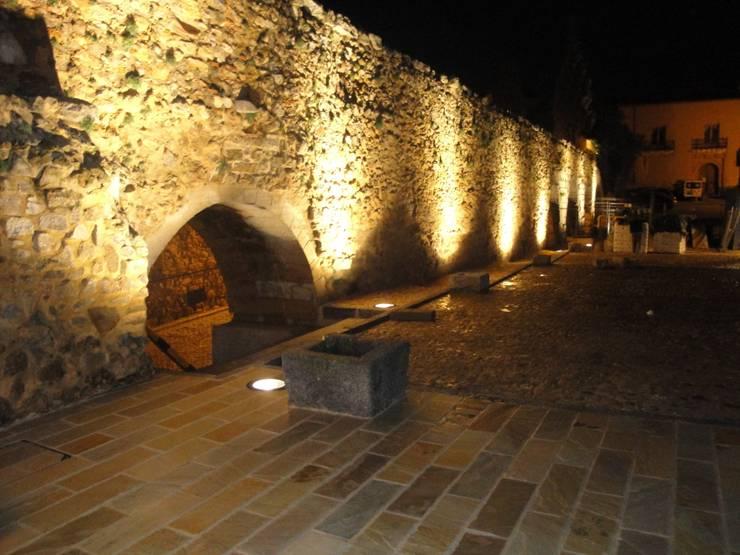 Muralla y Acueducto en plaza de Avendaño. Segovia: Museos de estilo  de Ear arquitectura