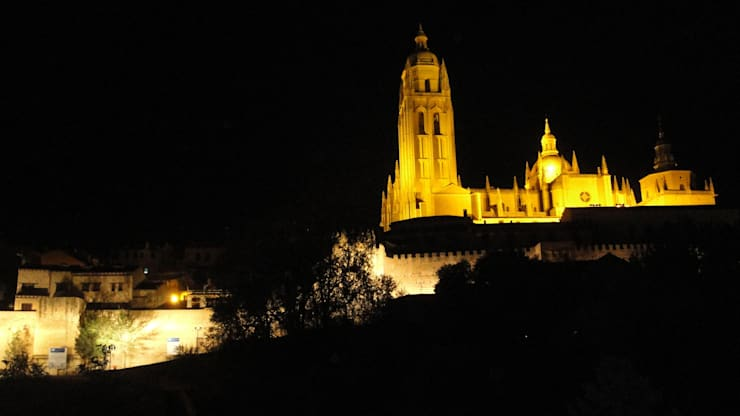 Iluminación muralla sur, Segovia: Museos de estilo  de Ear arquitectura