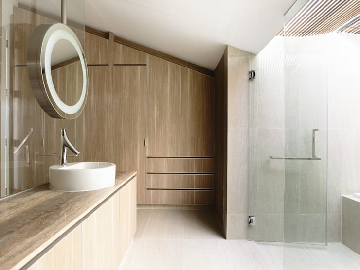 Well of Light:  Bathroom by HYLA Architects