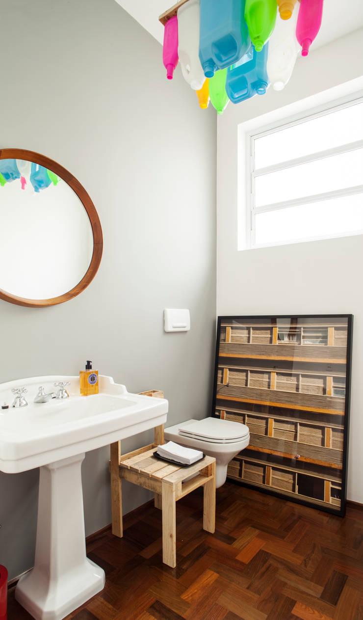 Residência Maranhão: Banheiros  por Mauricio Arruda Design