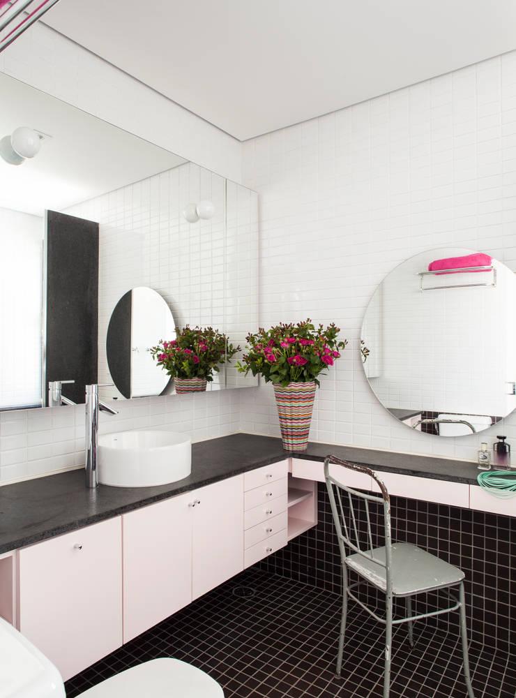Residência Canário: Banheiros  por Mauricio Arruda Design