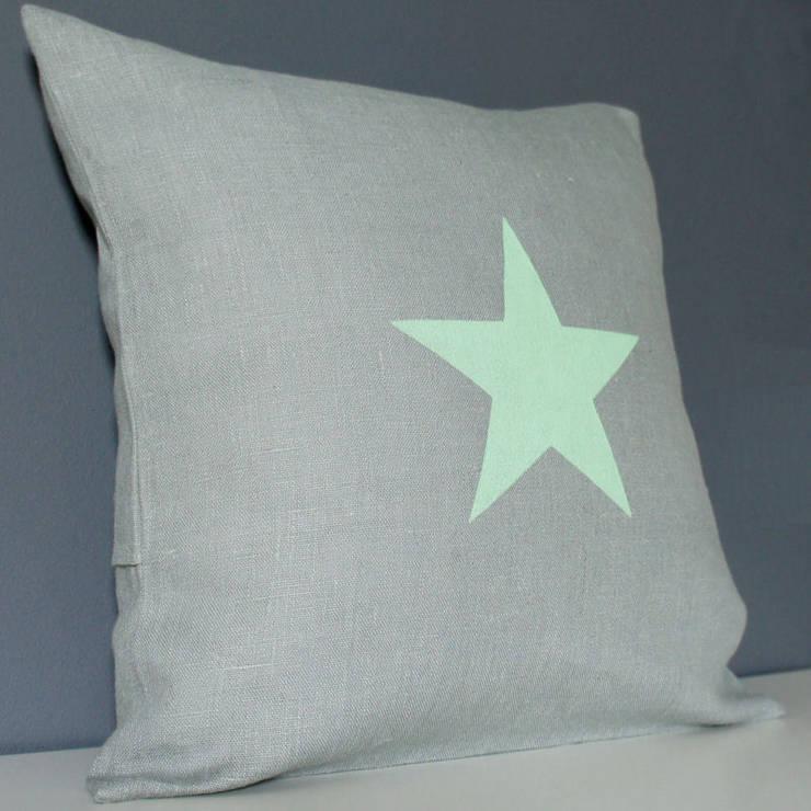 Coussin étoile en lin gris: Chambre de style  par Gris Pastel