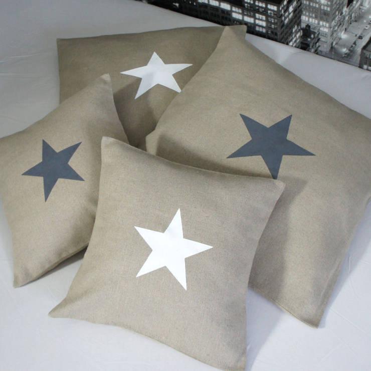 Coussins étoile en lin naturel: Chambre de style  par Gris Pastel