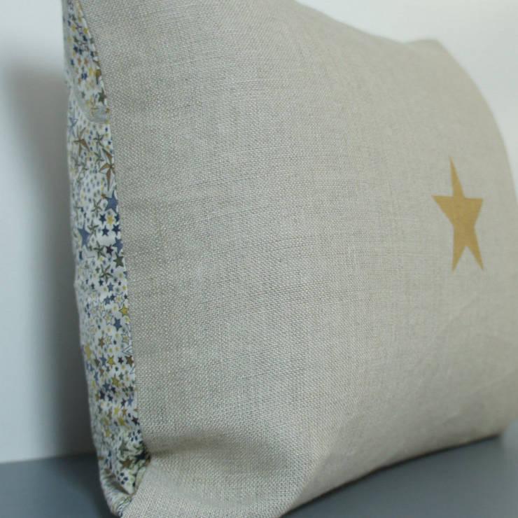 Coussin double face en lin et Liberty, étoile dorée: Chambre de style  par Gris Pastel