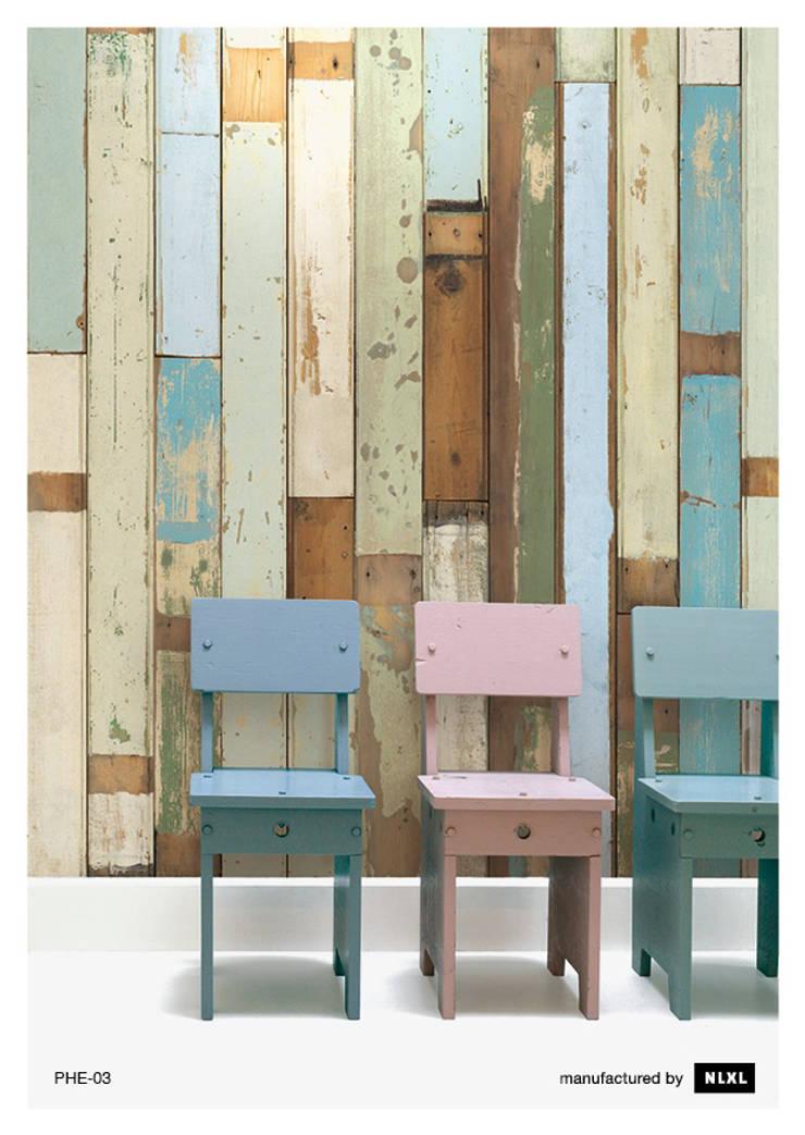 Scrapwood Wallpaper PHE-03: Paredes y suelos de estilo  de ROOMSERVICE DESIGN GALLERY