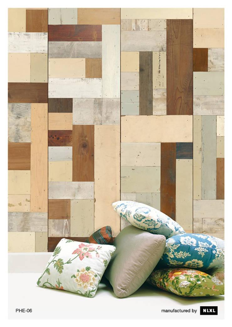 Scrapwood Wallpaper PHE-06: Paredes y suelos de estilo  de ROOMSERVICE DESIGN GALLERY