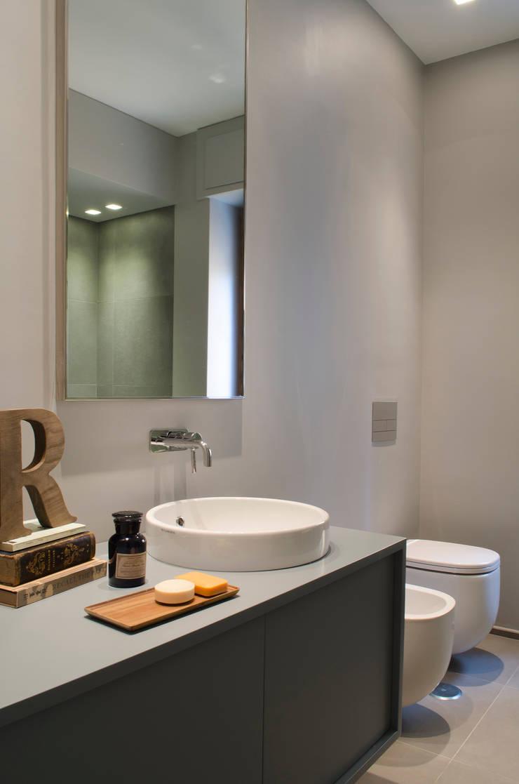 Private House Renovation: Bagno in stile  di Area-17 Architecture & Interiors,