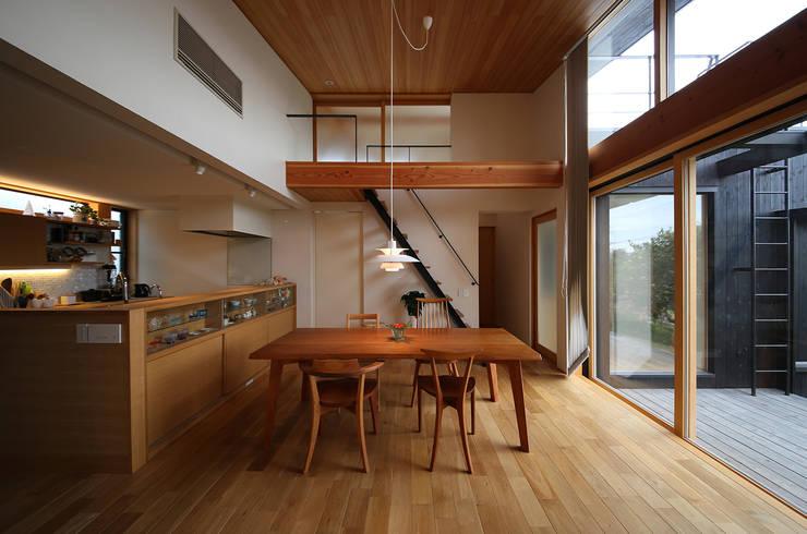 ライトハウス: 建築設計事務所 住記屋が手掛けたダイニングです。