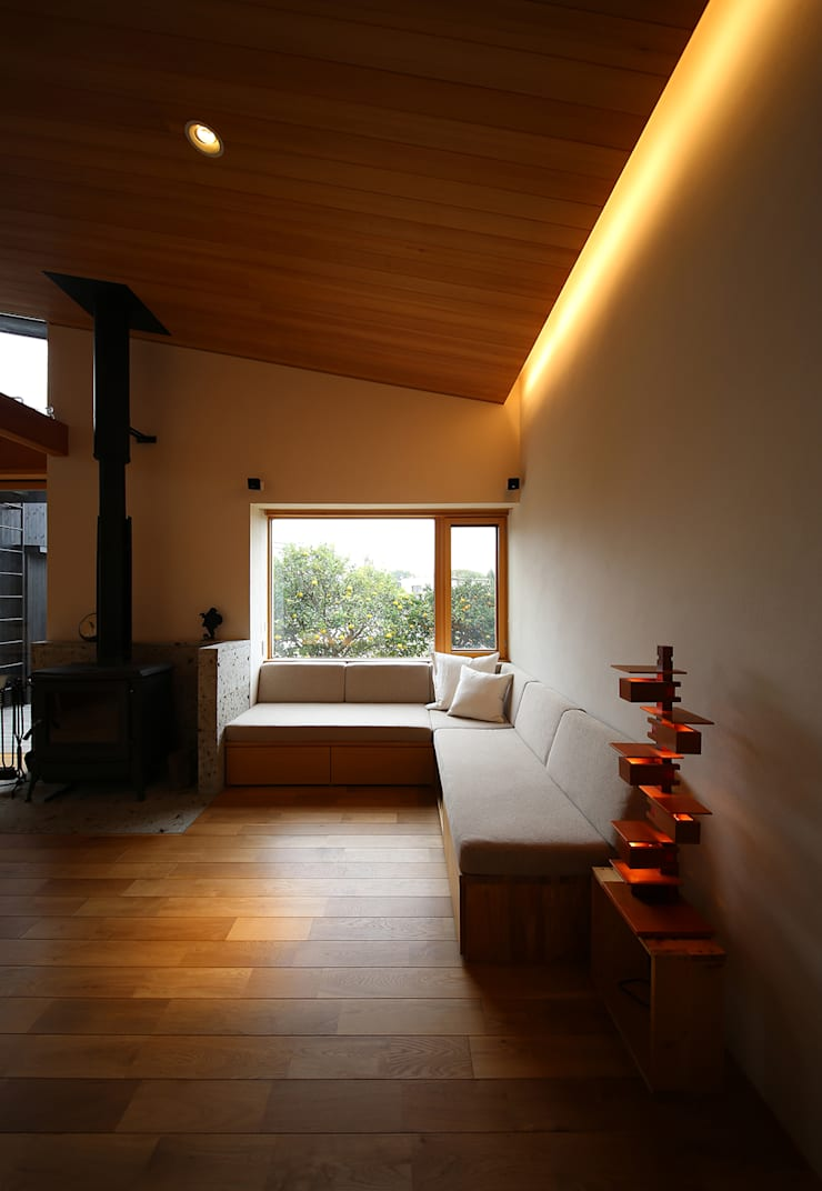 ライトハウス: 建築設計事務所 住記屋が手掛けたリビングです。