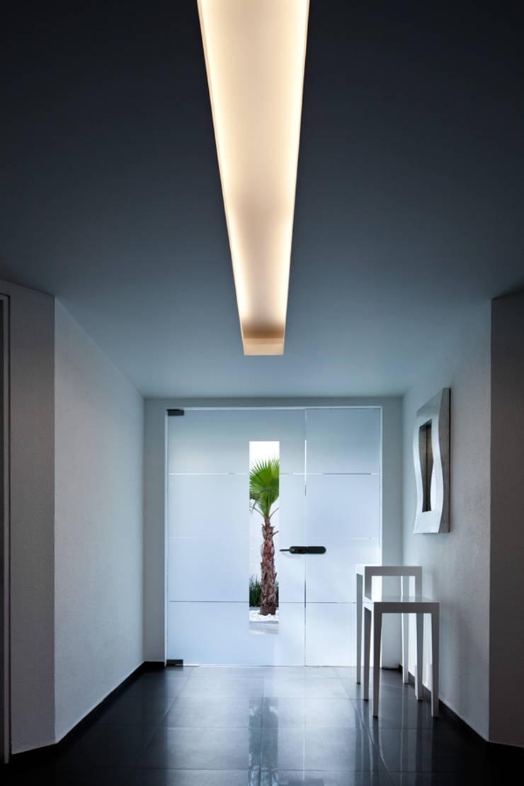 Casa Laureles - Micheas Arquitectos: Pasillos y recibidores de estilo  por MICHEAS ARQUITECTOS