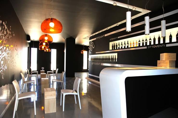 Ottoventi Concept Winestore: Negozi & Locali commerciali in stile  di Gianni Ingardia Architetto