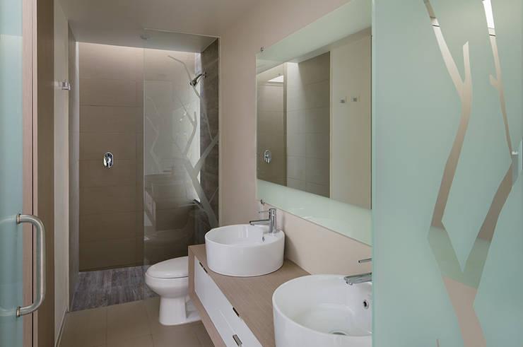 TM HOUSE : Baños de estilo  por Micheas Arquitectos