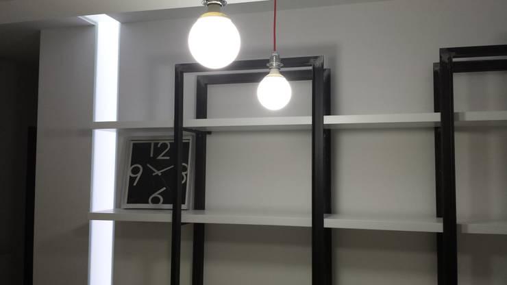 ufficio BO.RA. s.r.l. San Marcellino (CE): Soggiorno in stile  di StudioZero