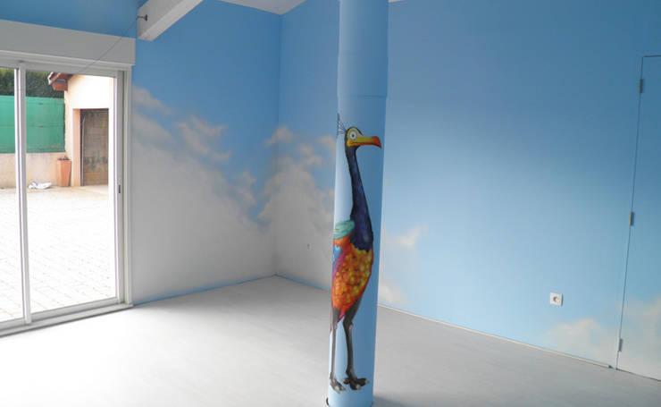 DECORATION SALLE DE JEU  <q>LA HAUT</q>: Salle multimédia de style  par Popek décoration
