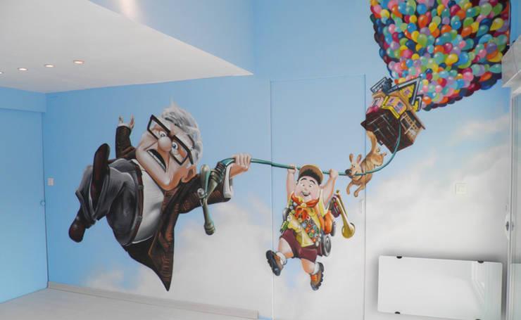 """DECORATION SALLE DE JEU  """"LA HAUT"""": Salle multimédia de style  par Popek décoration"""