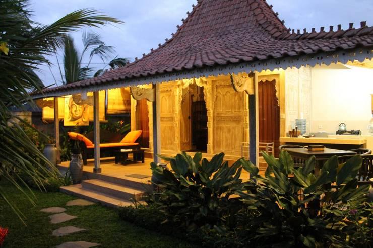 villa madera reciclada de teca : Casas de estilo  de Ale debali study