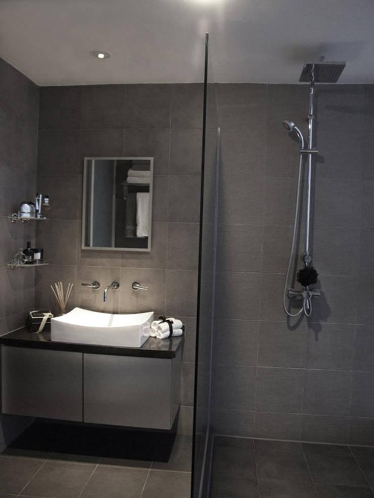 Bathroom:  Living room by elliot James Pte Ltd