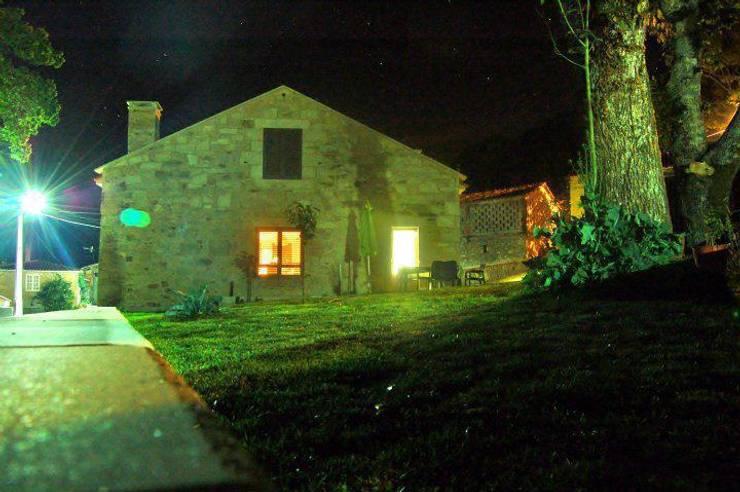 Exterior noche: Casas de estilo  de Adro Construcciones