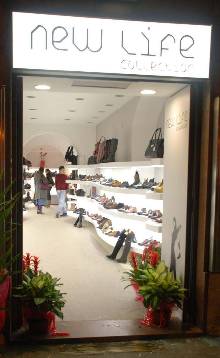 WHITER THE RED: Spazi commerciali in stile  di DRA&U srl, Moderno