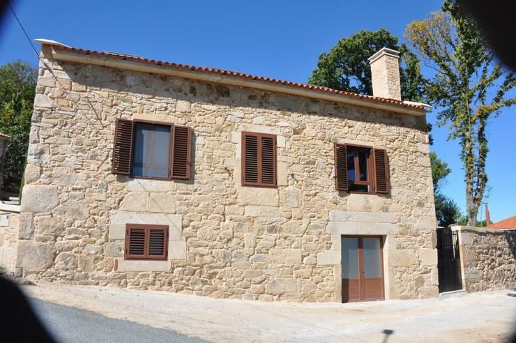Fachada después de la obra: Casas de estilo  de Adro Construcciones