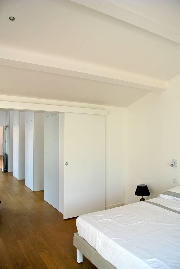 Maison CH: Chambre de style  par agence anthony costa architecte
