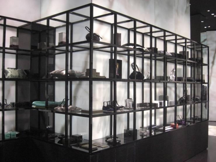 ARMANI_VIA MONTENAPOLEONE_2008: Spazi commerciali in stile  di G*AA - Giaquinto Architetti Associati, Moderno