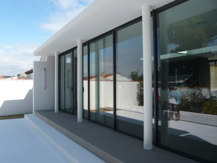 Extenstion d'une habitation:  de style  par agence anthony costa architecte