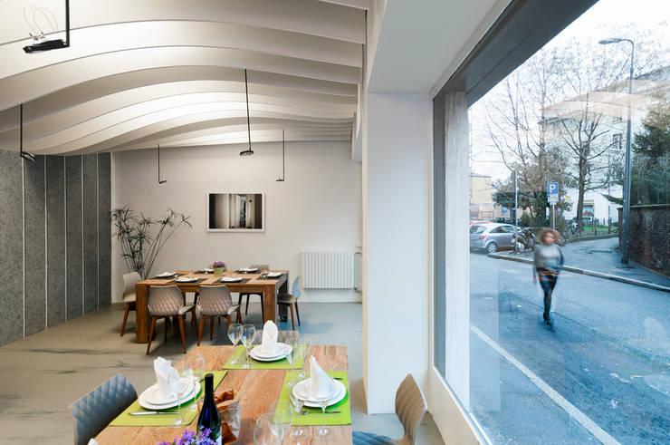 QKING Corestaurant: Negozi & Locali commerciali in stile  di Modourbano