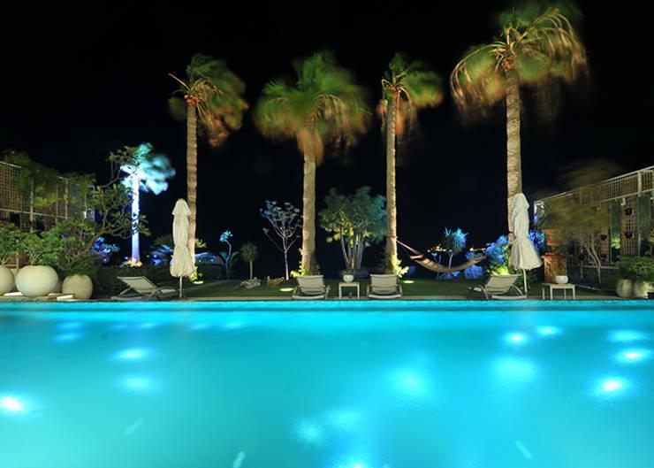 giardino notturno: Piscina in stile  di Lo Studio Mammini Candido