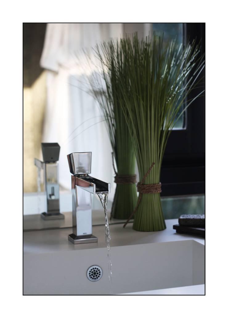 salle de bain: Salle de bains de style  par Before After Home