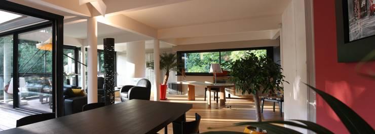 pièce de vie: Salle à manger de style de style Moderne par Before After Home