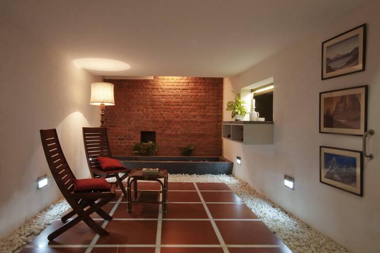 Internal courtyard:   by Gaurav Roy Choudhury Architects