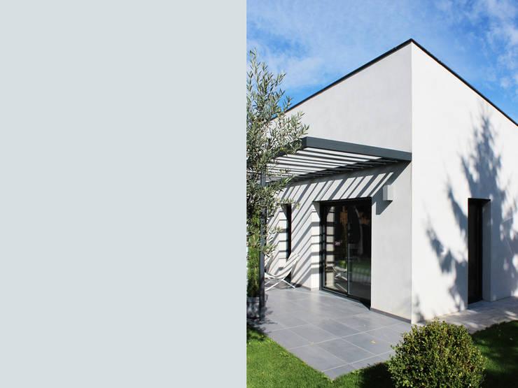 villa contemporaine: Maisons de style  par julien blanchard architecte dplg