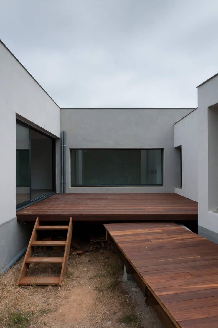 Autre vue du patio principal: Maisons de style de style Minimaliste par Frédéric Saint-cricq Architecte