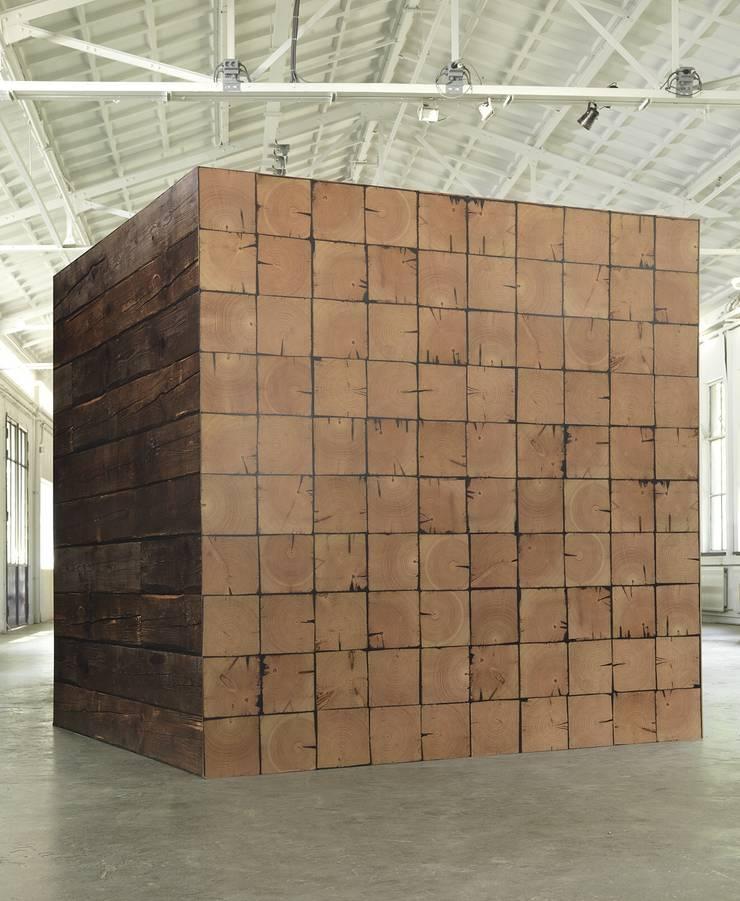SCRAPWOOD WALLPAPER PHE-09 + PHE-10: Paredes y suelos de estilo  de ROOMSERVICE DESIGN GALLERY