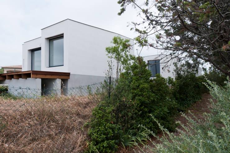 Vue en contrebas de la façade Ouest: Maisons de style de style Minimaliste par Frédéric Saint-cricq Architecte