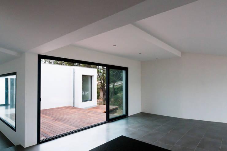 Vue intérieure depuis la cuisine: Maisons de style de style Minimaliste par Frédéric Saint-cricq Architecte