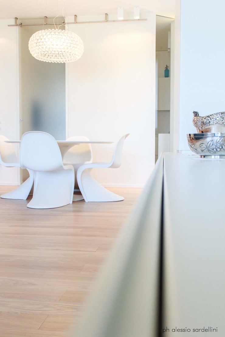Appartamento a Porto San GIorgio: Sala da pranzo in stile  di coolstoodio associati,