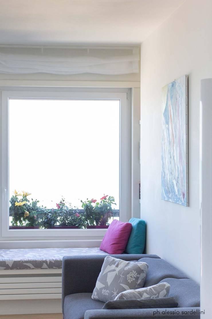 Appartamento a Porto San GIorgio: Soggiorno in stile  di coolstoodio associati,