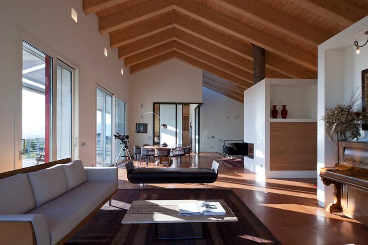 Villa a Viganò: Casa in stile  di Architetto Valentino Scaccabarozzi